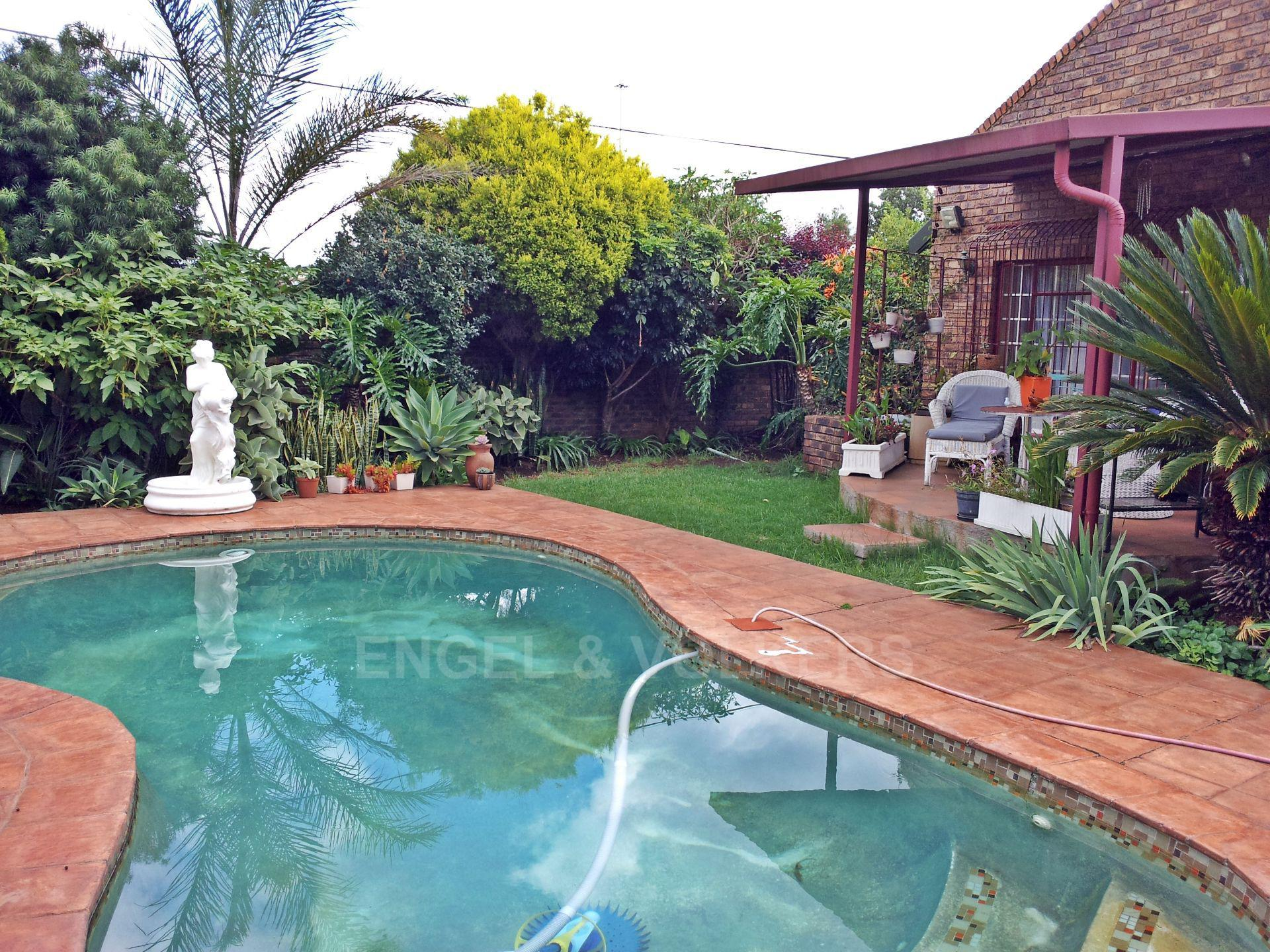 Property and Houses for sale in Zwartkop, House, 3 Bedrooms - ZAR 2,680,000