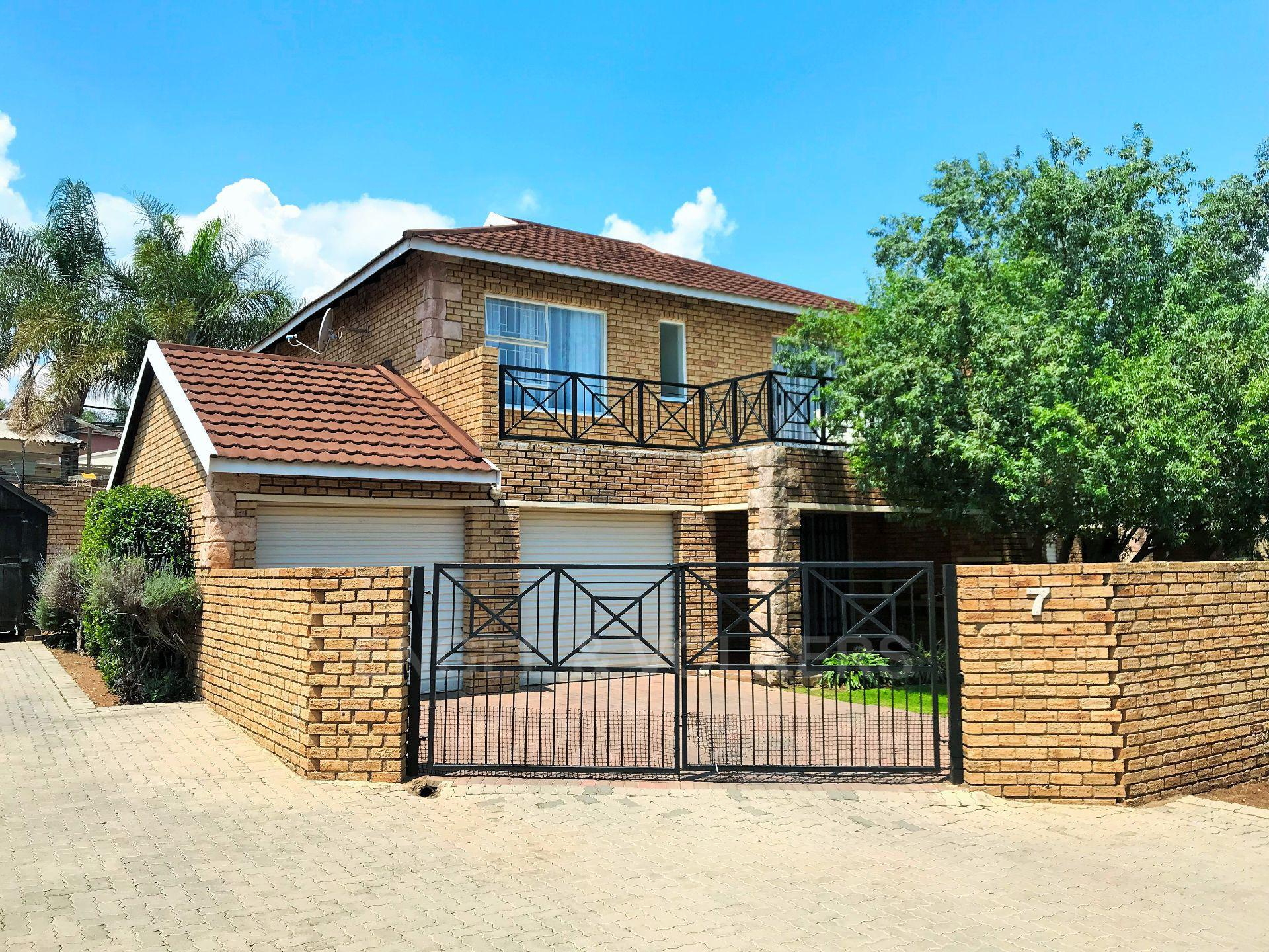 Roodepoort, Wilgeheuwel Property  | Houses For Sale Wilgeheuwel, WILGEHEUWEL, Duplex 3 bedrooms property for sale Price:1,299,999
