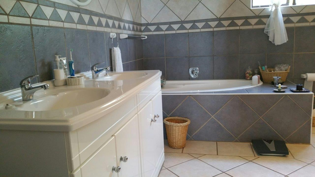 Margate property for sale. Ref No: 12785529. Picture no 10