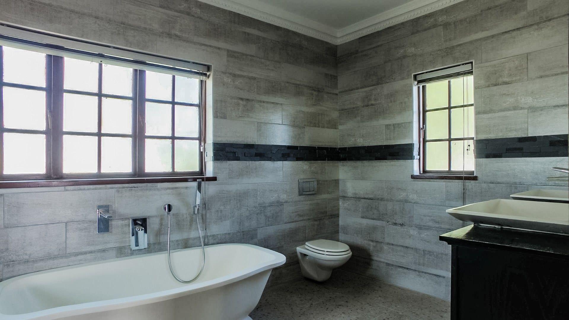 Lonehill main bathroom bath.jpg