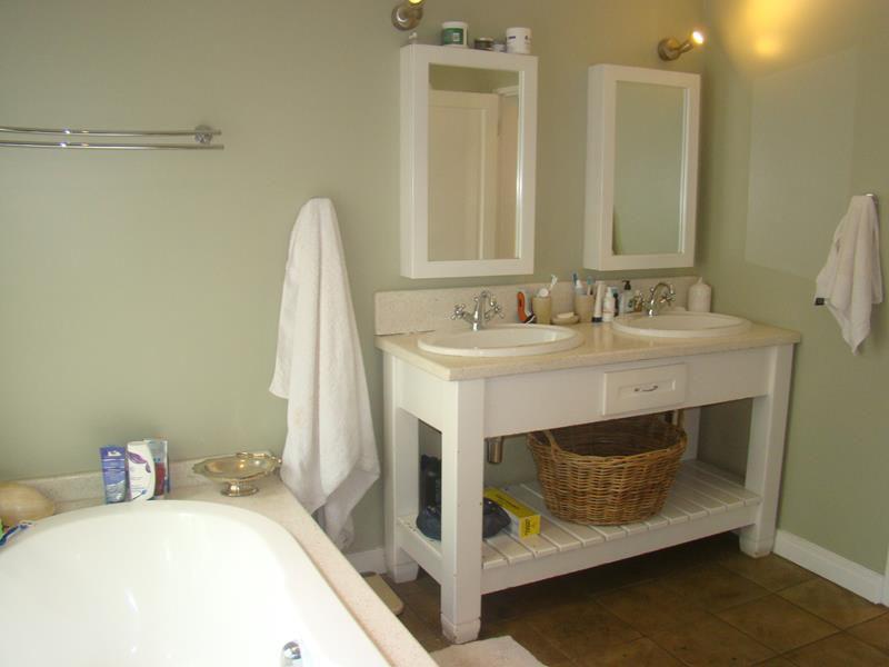 Fernbrook main bathroom (Copy).JPG