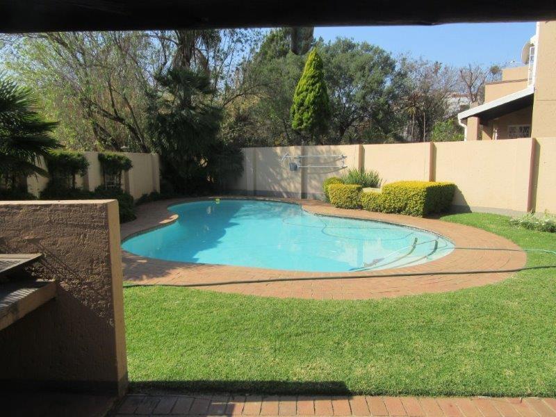 Paulshof swimmingpool.jpg