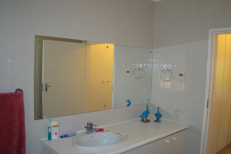 Lonehill en suite (Copy).JPG