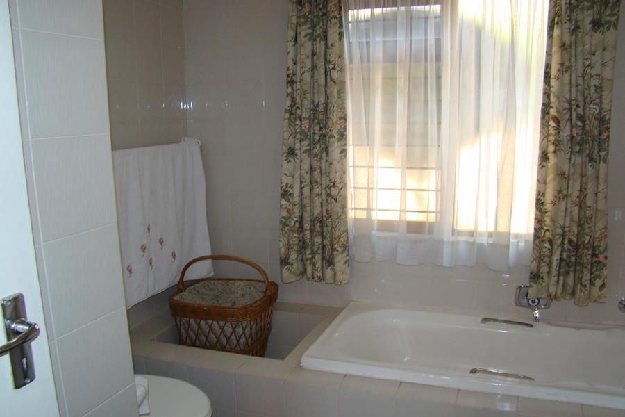 Lonehill main bathroom (Copy).JPG